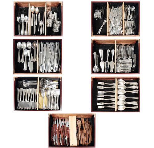 Servicio abierto de cubertería. Diferentes orígenes y diseños. Siglo XX. Elaborados en metal plateado y madera.