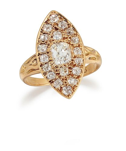 A LATE 19TH/EARLY 20TH CENTURY MARQUISE PLAQUE DIAMOND RING, the central ol