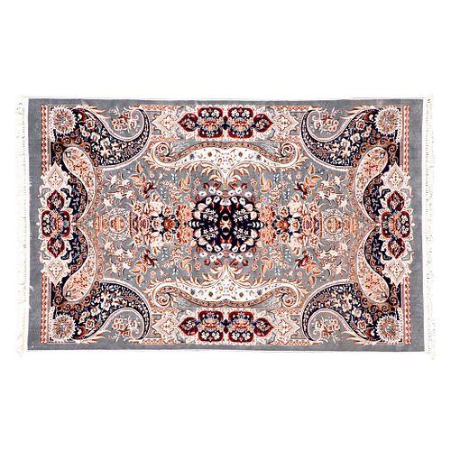 Tapete. Turquía. Siglo XXI. Estilo Mashad. Elaborado en fibras de lana ensedada. Decorado con medallón central. 296 x 192 cm