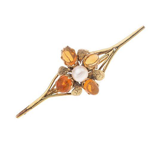 Prendedor con ópalos y perla en oro amarillo de 10k y 14k. 4 ópalos corte cabujón. 1 perla color blanco. Peso: 7.4 g.