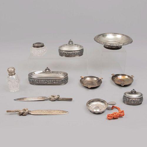 Lote de 11 piezas. Diferentes orígenes. SXX. En metal plateado y vidrio. Algunos Meridian. Consta de: abrecartas, ceniceros, otros.