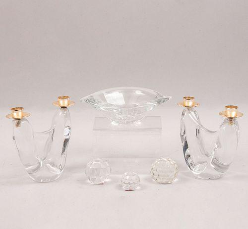 Lote de 6 piezas. México y Francia. SXX. En cristal. Marca Schenider y Kristaluxus. Consta de: par de candelabros, otros.