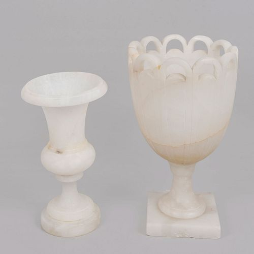 Lote de 2 copones. Siglo XX. Elaborados en alabastro. Decorados con elementos anillados y calados.