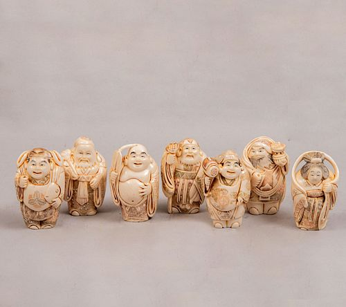 """PRECIOS DE RECUPERACIÓN. Los Siete Dioses de la Fortuna """"Sichi Fukujin"""". Japón, siglo XX. Talla en marfil con detalles en tinta. Pz: 7"""