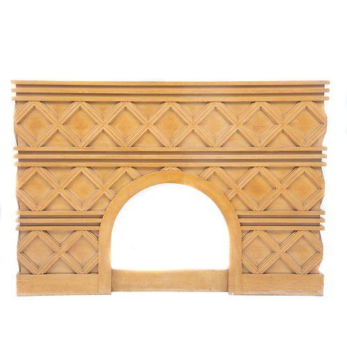 Frente de chimenea. Siglo XX. Elaborada en madera. Decorada con molduras estriadas en motivos geométricos. 141 x 203 x 77 cm