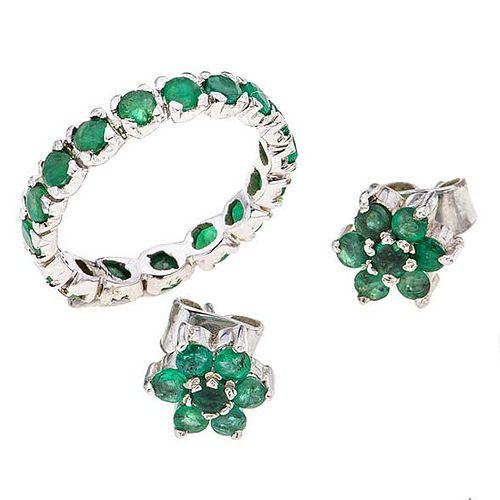 Anillo y par de aretes con esmeraldas en metal base. 30 esmeraldas corte redondo. Talla: 6. Peso: 4.5 g.