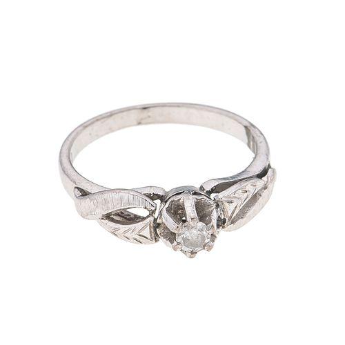 Anillo con diamante en plata paladio. 1 diamante corte 8 x 8. Talla: 3 1/2. Peso: 1.9 g.