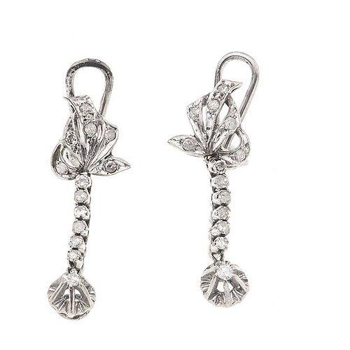 Par de aretes vintage con diamantes en plata paladio. Poste y raqueta. Peso: 6.2 g. Tamaño: 1.2 x 3.4 cm   26 Diamantes corte 8x8.