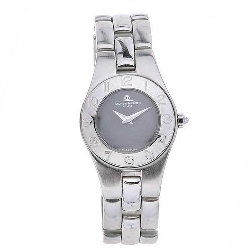 Reloj Baume & Mercier. Modelo: Línea. Movimiento de cuarzo. Caja circular en acero. Carátula color negro. Pulso acero. E...
