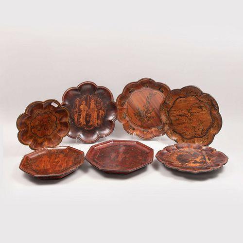 Juego de platones. China. Siglo XVII. Dinastía Ming. Elaborados en madera laqueada. Diseños lobulados y ochavados. Piezas: 7.