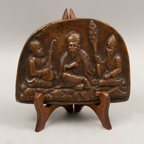 Placa con músicos árabes. Origen oriental. Siglo XX. Fundición en bronce con atril de madera. 13 x 18 x 2 cm.