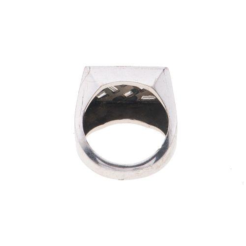 Anillo con diamantes en plata paladio. 8 diamantes corte baguette y trapecio. Talla: 5. Peso: 10.8 g.