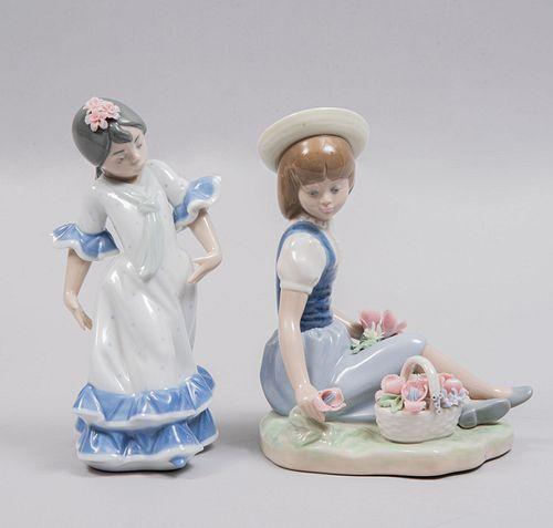 Lote de niña con flores y niña andaluz. España. Años 70. Elaborados en porcelana Lladró acabado brillante.