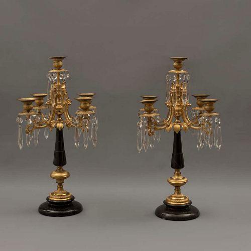 Par de candelabros. Siglo XX. Elaborados en bronce y mármol. Para 5 luces. Decorados con cuentas y péndulos de cristal.
