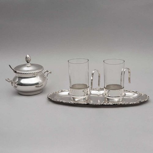 Servicio de té. Méxicos, siglo XX. Elaborado en metal plateado. Decorados con prensados orgánicos y lineales. Pz: 4