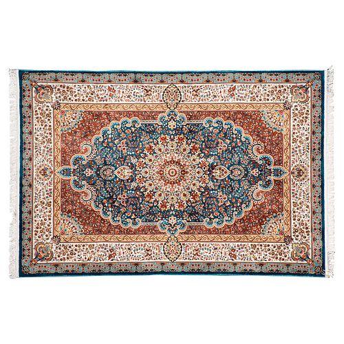 Tapete. Turquía. Siglo XXI. Estilo Mashad. Elaborado en fibras de lana ensedada y algodón. Decorado con medallón central. 301 x 201 cm