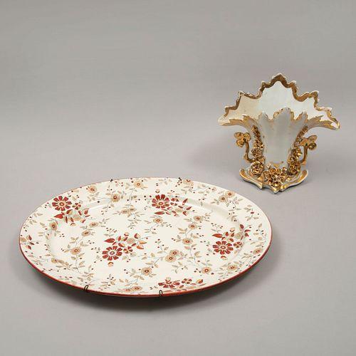 Violetero y platón. SXX. En porcelana y cerámica Persia. Decorados con elementos vegetales, florales, orgánicos y esmalte dorado.