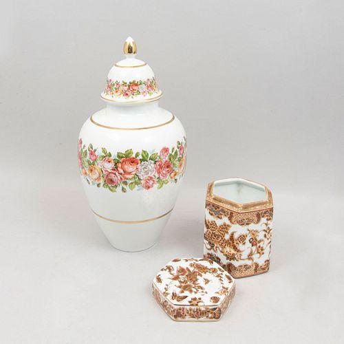 Lote de jarrones y tibores. Diferentes orígenes y marcas. SXX. En porcelana y cerámica. Consta de: 2 jarrones y 3 tibores. Piezas: 5.