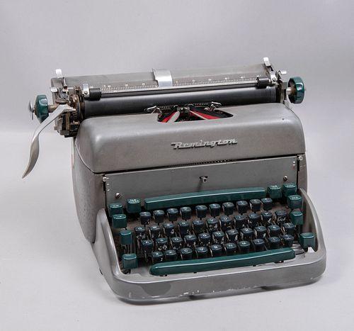 Máquina de escribir. Estados Unidos. Siglo XX. Marca Remington. Estructura en metal. Mecanismo manual. .
