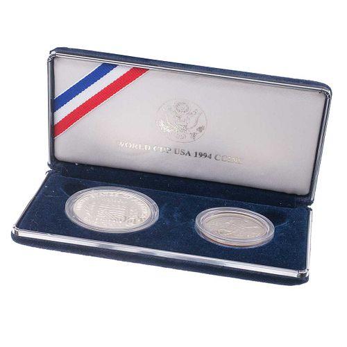 Dos monedas conmemorativas de la copa USA 1994 en laton plateado. Estuche y caja original.