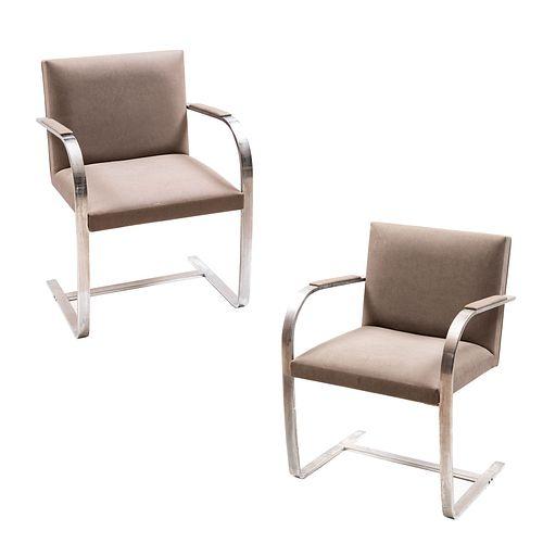 Par de sillones. Siglo XX. Diseño de Ludwig Mies van der Rohe. Estructura de metal cromado.