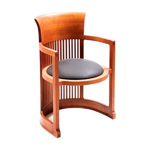 Frank Lloyd Wright. Barrel Chair. Estructura semicircular que incluye las patas y los reposabrazos. Asiento circular.