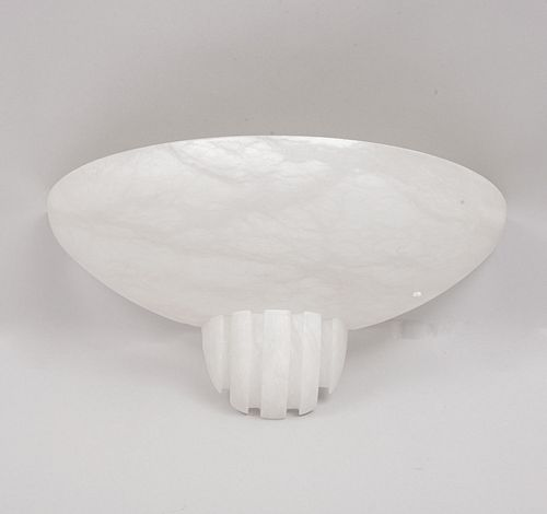 Pantalla para arbotante. Siglo XX. Elaborada en ónix. Decorada con elementos orgánicos propios del ónix.