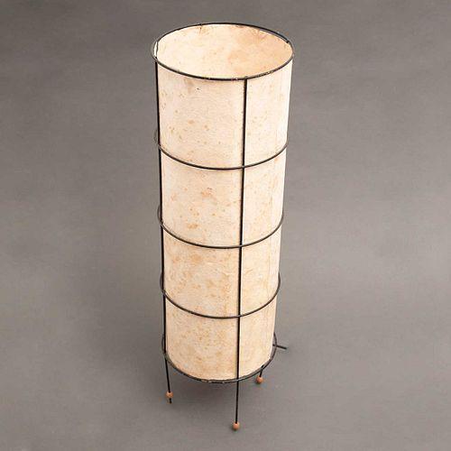 Lámpara de piso. Siglo XX. Diseño cilíndrico. Estructura de metal laqueado en negro con pantalla de papel estilo amate.