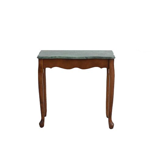 Mesa auxiliar. Siglo XX. En talla de madera. Con cubierta irregular de mármol verde jaspeado. 71 x 72 x 31 cm