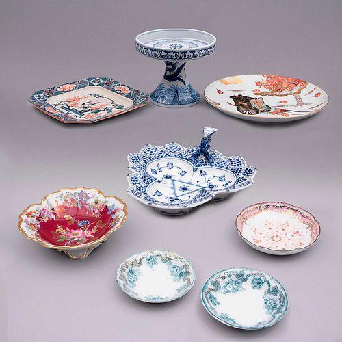 Lote mixto de artículos decorativos. Consta de: Lote de platones y frutero. China, siglo XX. Elaborados en semiporcelana.Pz: 8