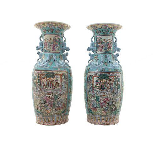 Par de jarrones. China. SXX. Estilo Cantonés. Elaborados en porcelana policromada. Decorados con escenas palaciegas y costumbristas.