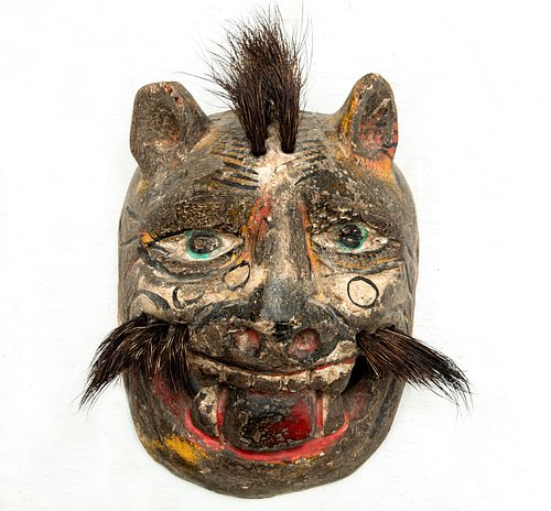 Máscara zoomorfa. México. Siglo XX. Elaborada en madera policromada. Con aplicaciones de pelo natural.