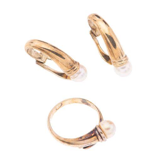 Anillo y par de aretes con perlas en plata dorada .925. 3 perlas cultivadas color crema de 6 mm. Talla: 5. Peso: 8.4 g.