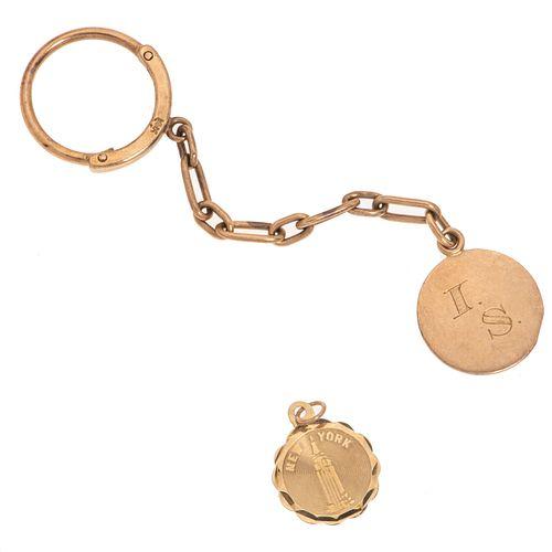 Llavero y dos pendientes en oro amarillo de 10k y 14k. Peso: 7.2 g.