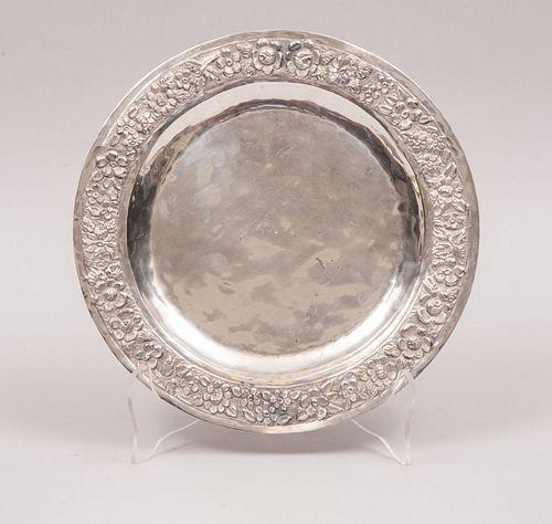 Platón. México, siglo XX. Elaborado en plata repujada y cincelada Ley 0.925. sellado VIGUERAS. Peso: 248 g.