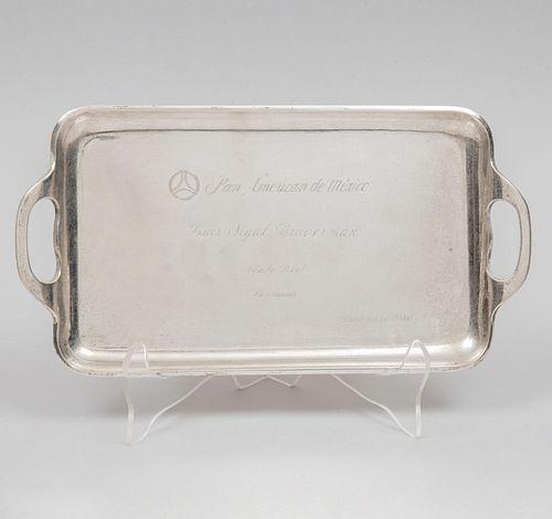 Charola. México, siglo XX. Diseño rectangular con dos asas anilladas. Elaborado en plata Ley 0.925 sellado TANE. Peso: 416 g