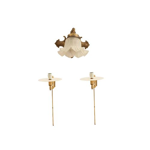 Lote de 3 arbotantes. Siglo XX. Diferentes diseños. En metal dorado, material sintético y cristal opaco. Para una luz cada una.