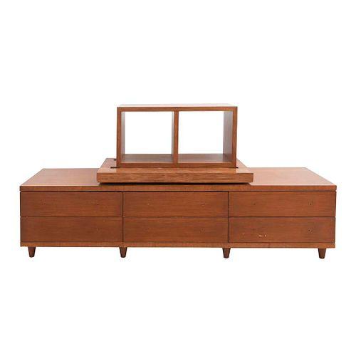 Mueble para TV. Siglo XX. Elaborado en madera y triplay. Con cubierta rectangular, 2 vanos, 6 cajones y soportes cónicos.