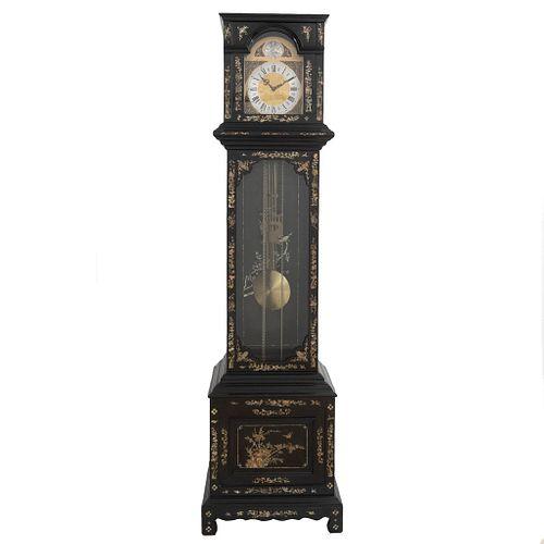 Reloj Grandfather. Alemania. Siglo XX. En talla de madera ebonizada. Marca Tempus Fugit. Mecanismo de péndulo y contrapesos.