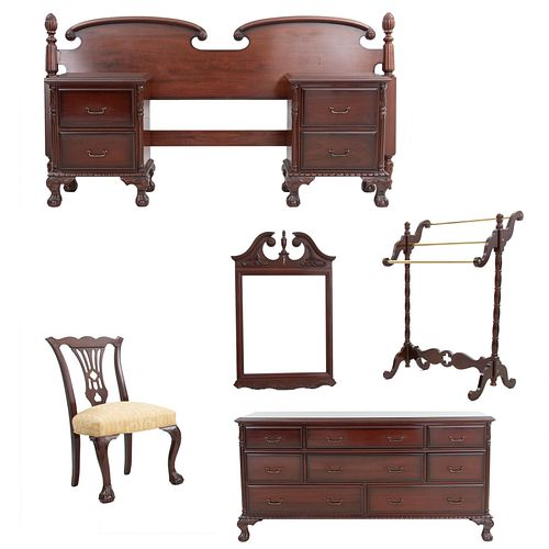 Recámara. SXX. Estilo Reina Ana. En talla de madera. Consta de: Tocador, cabecera king size, par de burós, silla, espejo y perchero.