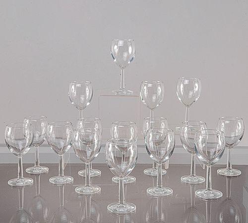 Servicio de 45 copas para vino tinto. Siglo XX. Elaboradas en cristal transparente. Diseño liso.