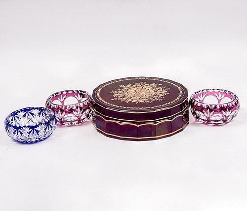 Lote de 4 piezas. Origen europeo. Siglo XX. Elaborados en cristal de Bohemia. Diferentes colores. Consta de: dulcero y 3 ceniceros.