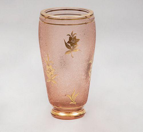 Florero. Siglo XX. Elaborado en vidrio esmerilado color rosado. Decorado con elementos vegetales, florales, cenefas y esmalte dorado.
