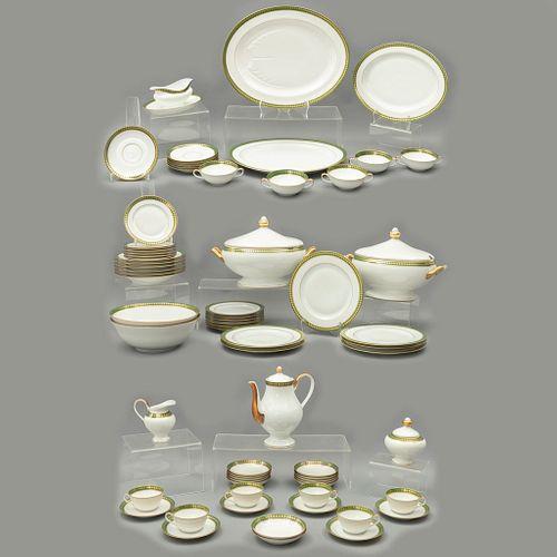 Servicio abierto de vajilla. Francia. Siglo XX. Elaborada en porcelana Bernardaud Limoges. Modelo Pouilly. 210 piezas.