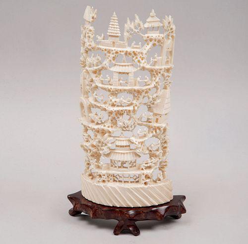 Aldea. China, siglo XX. Talla en marfil, calado y esgrafiado con base de madera. Decorado con pagodas, personajes y motivos vegetales.