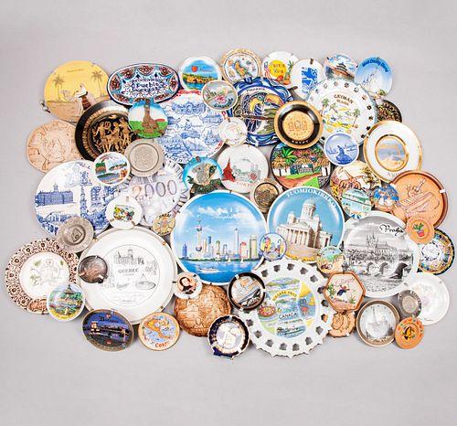 Lote de 65 platos decorativos. Siglo XX. Elaborados en porcelana, cerámica, madera, otros. Consta de: Tokio, Egipto, Budapest, Otros.