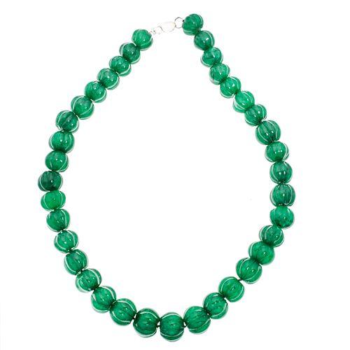 Collar con esmeraldas de cantera y plata . 37 esmeraldas talla gallonada. Peso: 134.6 g.
