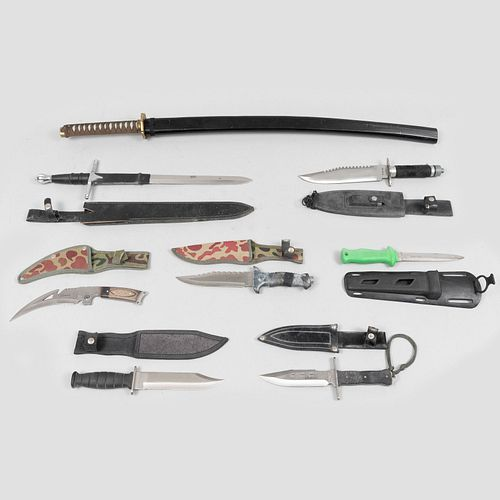 Colección de cuchillos de combate y katana. China, Pakistán y EUA, SXX. Hojas de acero con empuñaduras en diferentes materiales. Pz: 8