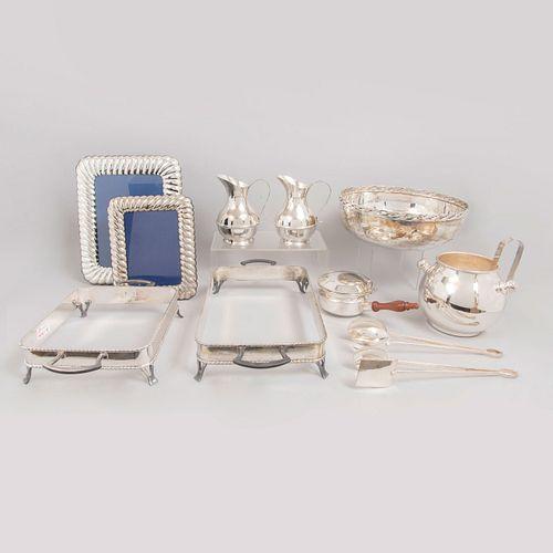 Lote de 10 piezas. México. SXX. En metal plateado. Algunos sellados. Diferentes marcas. Consta de: mayordomo, hielera, 2 jarras, otros.