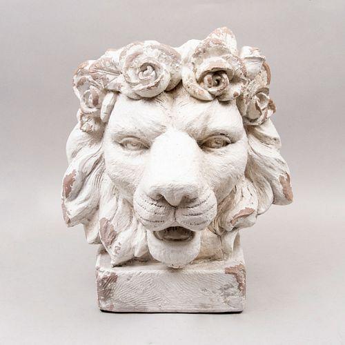 Remate de cabeza de león. Siglo XX. Elaborado en fibra de vidrio. Con cuenco para maceta. 40 x 40 x 40 cm